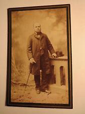 Wien - stehender Mann mit Bart im Anzug - Kulisse - Hut / CDV
