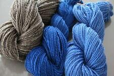 naturbraun melierte, lavendelblaue und royal blaue Merinowolle  -  handgesponnen