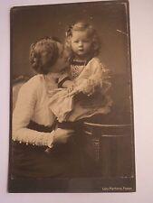 Posen - junge Frau mit Zopf & kleines Mädchen mit Puppe / KAB