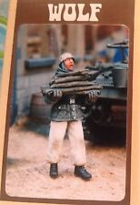 "Figurino 1/35 ""WW2 GERMAN PARATROOPER WITH WINTER FIREWOOD"" -  WOLF"