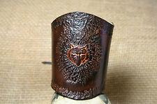 Lederarmband Wolf Kopf geprägt punziert breit Leder braun Stulpe WOLFSKOPF
