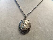 BEAUTIFUL Vintage ORNATE Silvertone FRAME w/ CAMEO Style Pendant Necklace 15N240