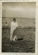 PHOTO ANCIENNE - VINTAGE SNAPSHOT - FEMME PLAGE BAIN BAIGNEUR LINGE DRÔLE -BEACH