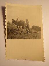 Bauer mit Pferd und Pflug auf dem Acker / Foto