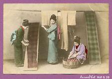 JAPON,TIRAGE ALBUMINÉ AQUARELLÉ ,1880 : FEMMES S'OCCUPANT DU LINGE, GEISHAS-G20