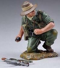 THOMAS GUNN WW2 PACIFIC RS011 ALLIED OFFICER THROWING GRENADE MIB