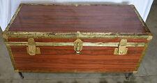 Vecchio baule forziere da trasporto in legno e lamiera di ferro da emigrante