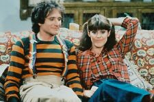 Pam Dawber Robin Williams Mork & Mindy 11x17 Mini Poster on couch