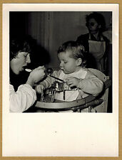 Photo 12 x 9 vintage snapshot repas bébé moulin à légumes années 70 jp047