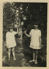 PHOTO ANCIENNE - VINTAGE SNAPSHOT - ENFANT JEU BADMINTON TENNIS JARDIN-GIRL GAME