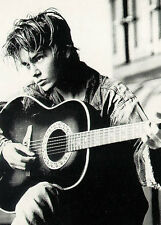 RIVER PHOENIX - PERSONALITY POSTER / PRINT (PLAYING GUITAR)