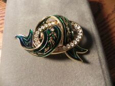 JOAN RIVERS STUNNING Green Enamel and Crystal Gold Tone Ribbon BROOCH PIN *RARE
