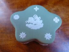 Lovely WEDGWOOD GREEN Jasperware Pentefoil Shape TRINKET Box Charriot Image