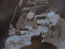 Vintage Photographie vers 1940 deux militaires sur un bureau  snapshot