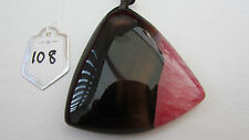 A LOVELY BROWN & PINK ARROW-HEAD AGATE PENDANT ON A WAXED CORD NECKLACE. (108)