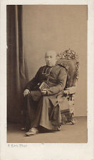 Photo cdv : Ken , Un prêtre assis en pose , vers 1865