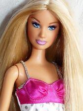 Belle blonde poupée barbie avec belle cheveux longs