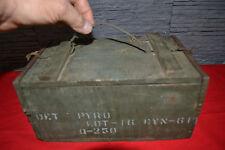Ancienne petite caisse militaire en bois et métal marquée DET PYRO...(Déco Loft)