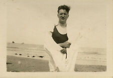 PHOTO ANCIENNE - VINTAGE SNAPSHOT - HOMME GAY MER PLAGE TENUE DE BAIN VENT MAINS