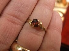 PRETTY LITTLE VTG LADIES/GIRLS 10K YELLOW GOLD & RED OVAL GARNET RING, US SIZE 7