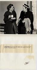 Joan Hopkins. Fotografía de la actriz habla con Dolores Gilbert en los estudios