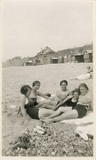 PHOTO ANCIENNE - VINTAGE SNAPSHOT - FEMME SEXY PIN UP JAMBES PLAGE - WOMAN LEGS