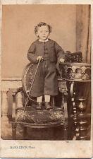 Photo carte de visite: Barberon ;Petit garçon debout sur un fauteuil , vers 1865