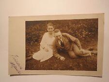 Bielefeld - 1923 - junges Paar - Mann und Frau sitzen auf dem Rasen / Foto