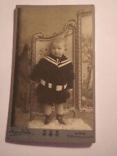 Wien - 1909 - auf einem Stuhl im Atelier stehendes Kind - Junge - Portrait / CDV