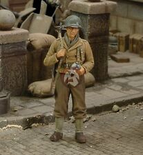 Royal Model 1/35 US Infantry Rifleman with a Canteen in Hand WWII [Resin] 164