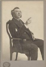 CABINET CARD OF OSCAR WOODRUFF POSING IN A CHAIR W/ HIS FINGER POINTED