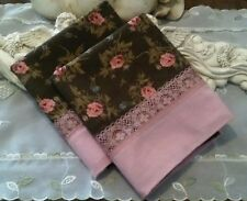 COUNTRY COTTAGE SET/2 BEAUTIFUL CHIC & SHABBY MAUVE ROSES & LACE PILLOWCASES-NEW
