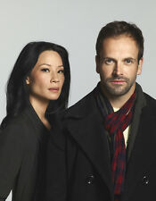Jonny Lee Miller and Lucy Liu UNSIGNED photo - 8907 - Elementary