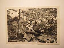 Nollen um 1930 - junge Frau & Frau mit Haarnetz sitzen vor einem Wald / Foto