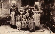 CPA Moeurs et Types Bretons Costumes de Plougastel (252933)