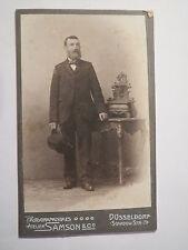 Düsseldorf - stehender Mann mit Bart im Anzug mit Hut in der Hand / CDV