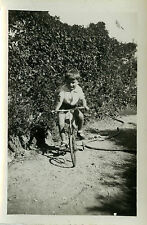 PHOTO ANCIENNE - VINTAGE SNAPSHOT - GARÇON VÉLO ROULETTES - CHILD BIKE BICYCLE