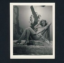 Pin Up BLOND NUDE WOMAN RELAXING ON FISHNET CHAIR Aktfoto * Vintage 60s US Photo