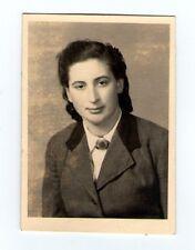 Foto weiblicher RAD in Uniform mit Abzeichen Brosche