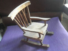 Rocking-chair, meuble de poupée. en bois, robuste, ancien.