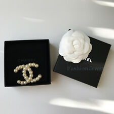 NIB 2016 CHANEL CC LOGO XL LARGE PEARL GOLD STUDDED BROOCH PIN