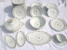 Service de table porcelaine Royale de Limoges motif floral signée d'Artois