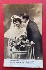 CPA. Couple. Mariage. Éventail. Tenue de Mariée. Discours au Dos. Coiffure.