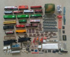 VINTAGE TYCO HO TRAIN LOT ENGINES, BOXCARS AND ACCESORIES UNWORKING FOR PARTS