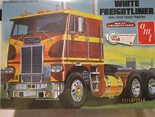 AMT WHITE FREIGHTLINER DUAL DRIVE TRUCK TRACTOR KIT IN 1/25 SCALE