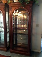 PULASKI LIGHTED TRADITIONAL CURIO CABINET - Model # 13484 - EXCELLENT CONDITION!