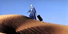 XXL-Ansichtskarte: ein Beduine verreist - Tuareg mit Rollkoffer in der Wüste