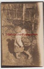 (F11769) Orig. Foto kleine Geschwister im Garten, Bruder küsst Schwester 1920er