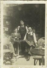 PHOTO ANCIENNE - VINTAGE SNAPSHOT - BISTROT CAFÉ GARÇON SERVEUR BIÈRE BAR - PUB