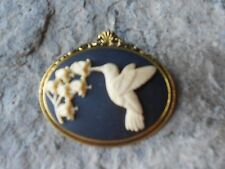 HUMMINGBIRD AND FLOWERS (CREAM, BLACK) CAMEO ANTIQUE GOLD TONE BROOCH / PIN